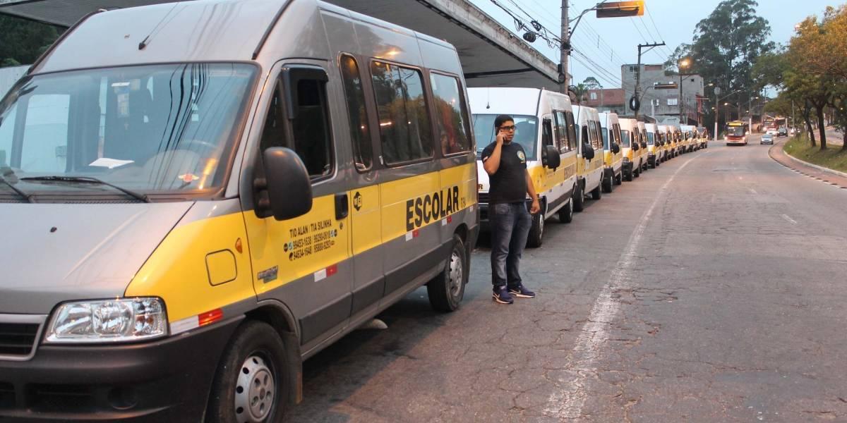 Motoristas de vans escolares fazem carreata em São Paulo