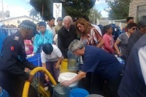 Tanqueros rellenan baldes de agua