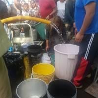Tanqueros abastecen de agua