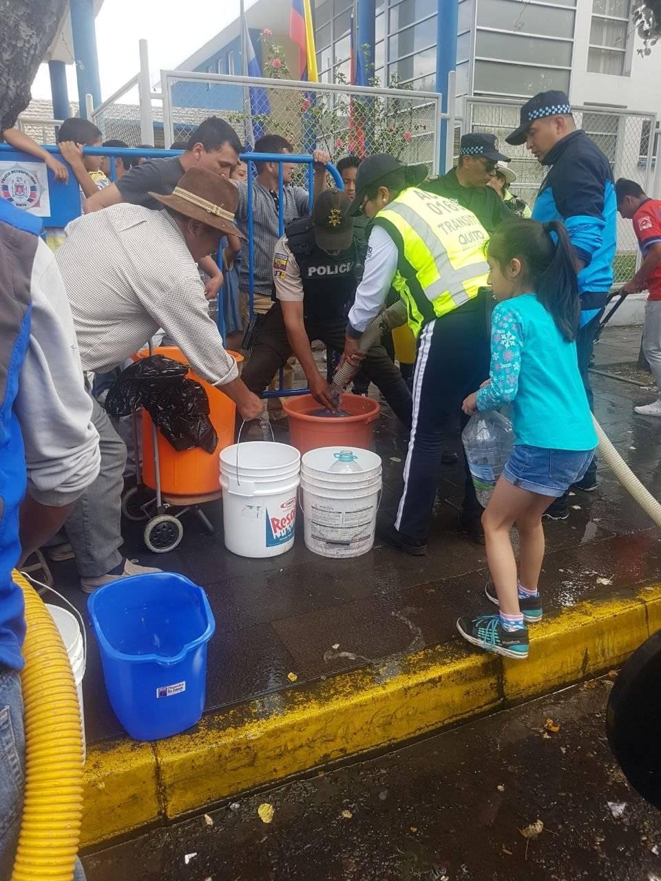 Metro Tanqueros abastecen de agua