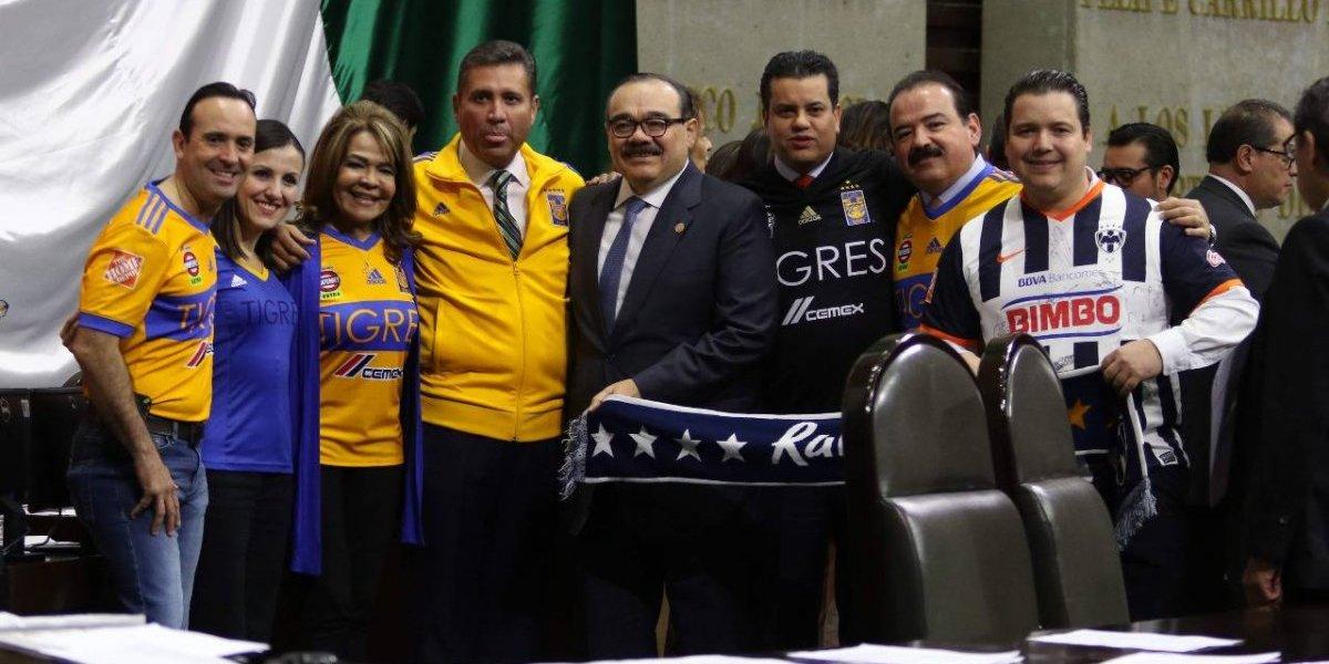 Diputados llegan al Congreso con playera de Tigres y Monterrey