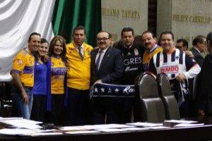 Diputados llegan al congreso con playera de Tigres y Monterret
