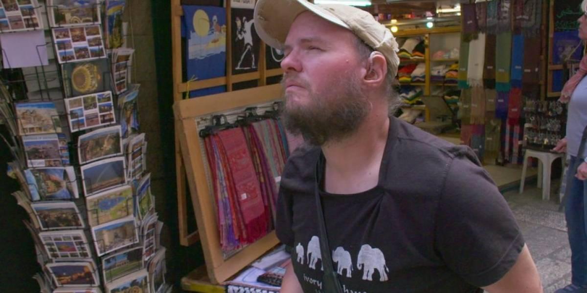 O mochileiro cego e surdo que já visitou mais de 120 países