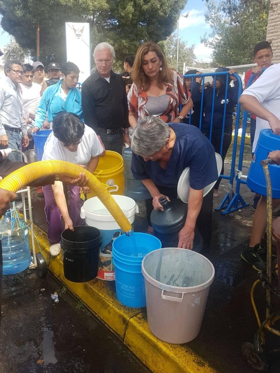 Metro Tanqueros rellenan baldes de agua