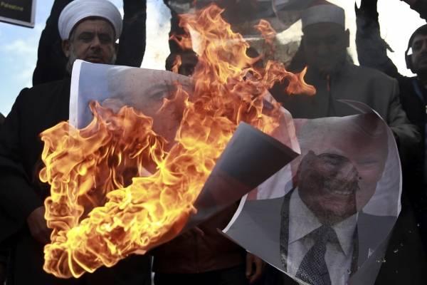 Palestinos queman retratos de Donald Trump y de Benjamin Netanyahu, primer ministro de Israel