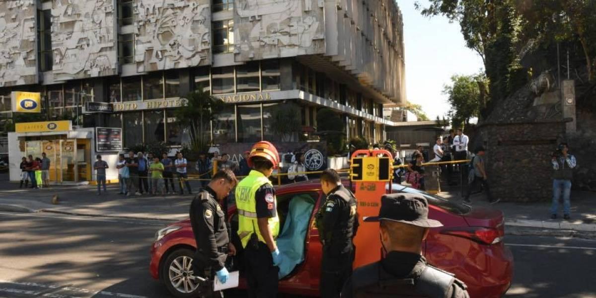 Conductor de vehículo fallece tras ser atacado a balazos en zona 1