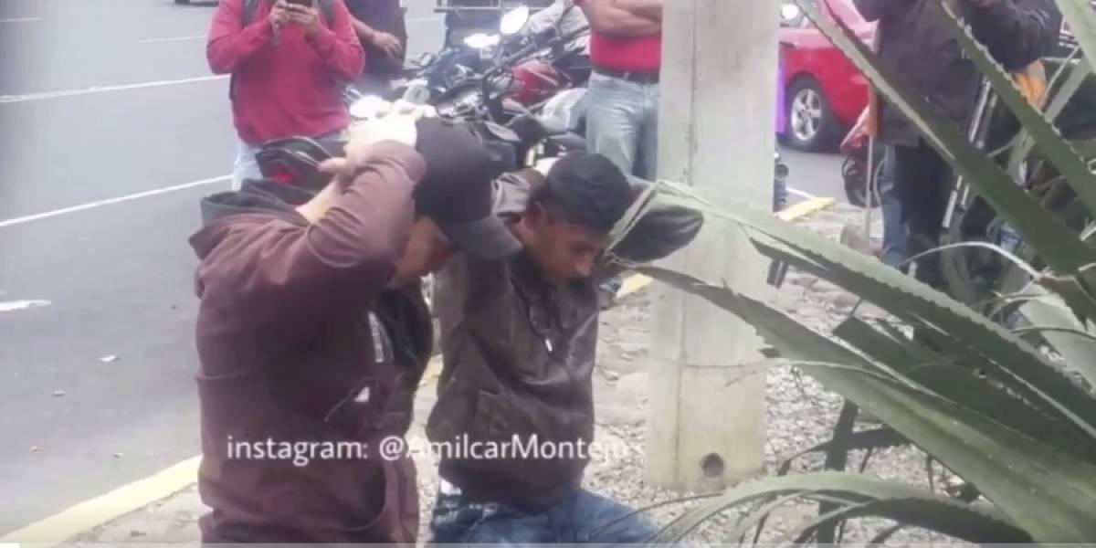"""Detiene a dos hombres señalados de robar y el video """"de película"""" se hace viral"""