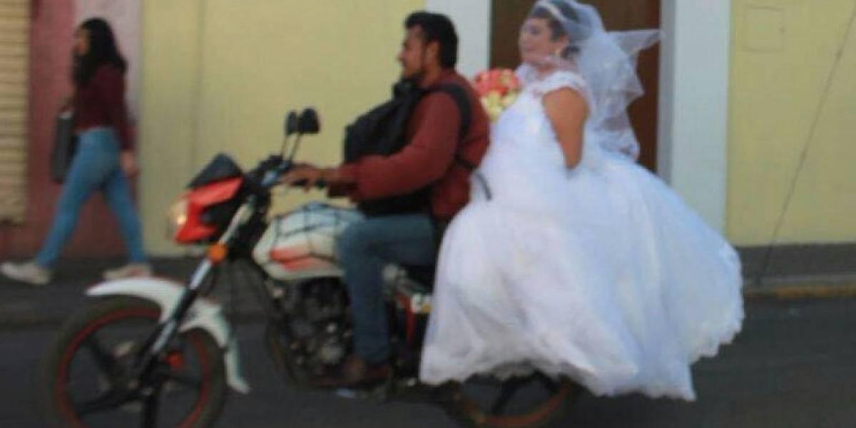 Y vivieron felices por siempre: Bajó a esposa de la moto para llevar a una novia desconocida que iba atrasada a su boda