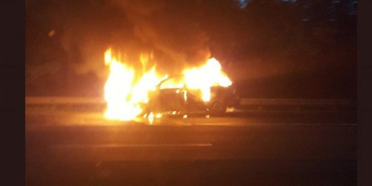 Auto en llamas obliga cierre de carretera de Gurabo a Juncos