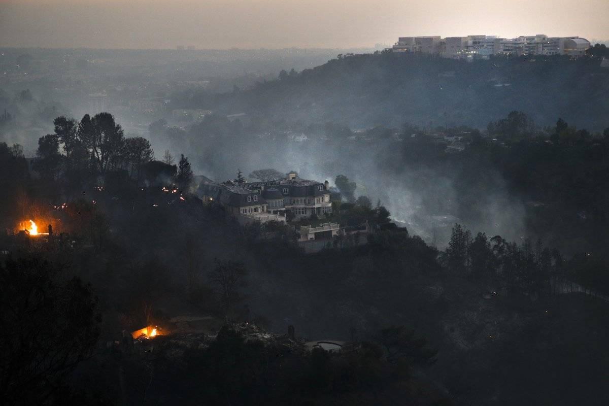 Esta fotografía del miércoles 5 de diciembre de 2017 muestra una mansión ubicada en la cima de una montaña en la zona de Bel-Air, en el área de Los Ángeles, que sobrevivió a un incendio forestal. (AP Foto/Jae C. Hong)