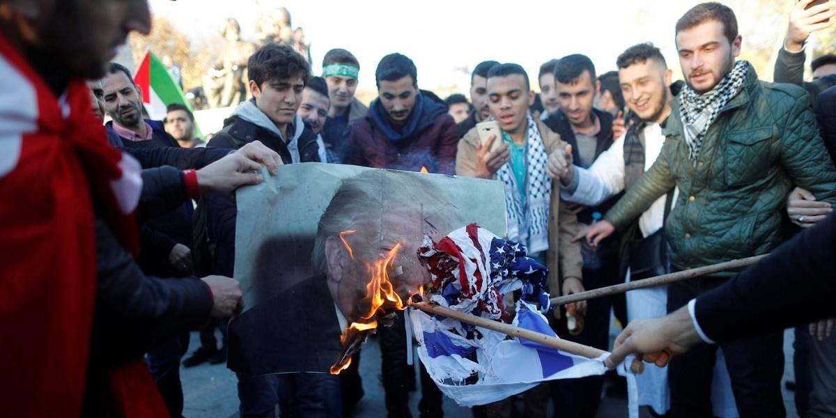 Iranianos protestam contra decisão dos EUA sobre Jerusalém e queimam imagens de Trump