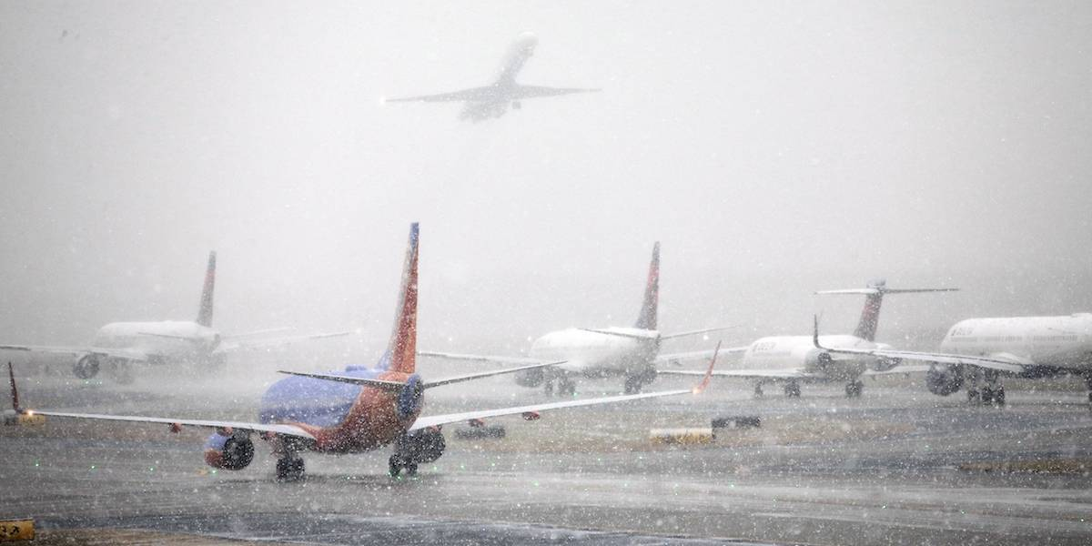 Cancelan y retrasan miles de vuelos en EU por tormenta de nieve
