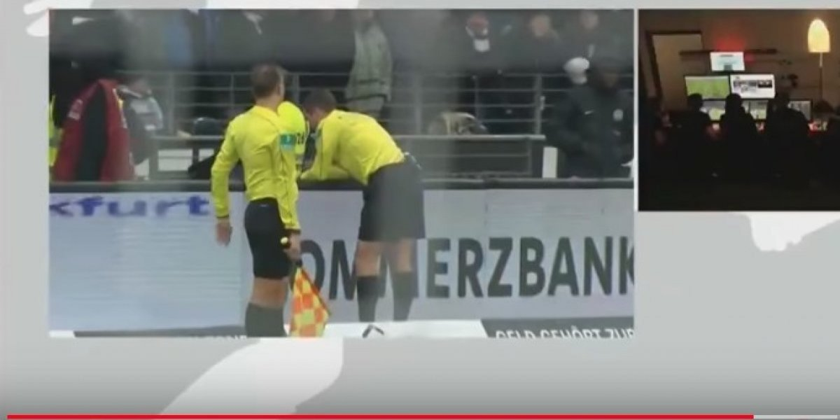 VIDEO: Árbitro expulsa a jugador y tras consultar el VAR cambia decisión