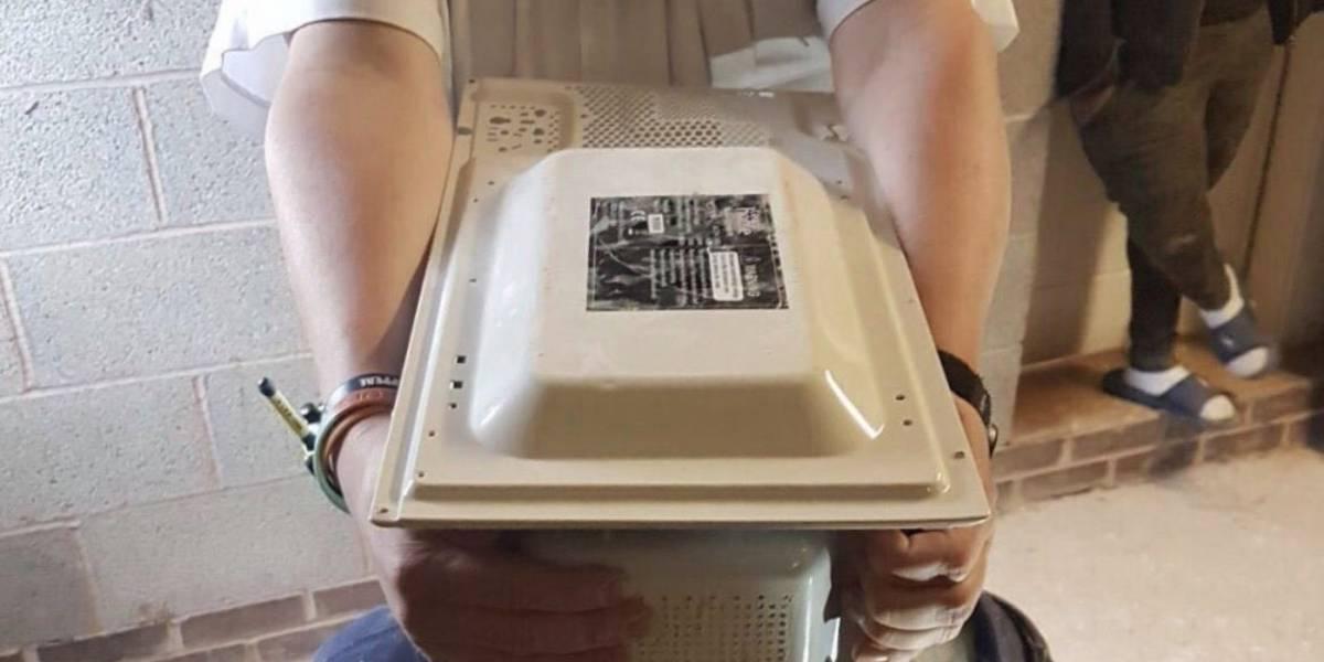 Para conseguir fama en Youtube un joven atascó su cabeza en un microondas