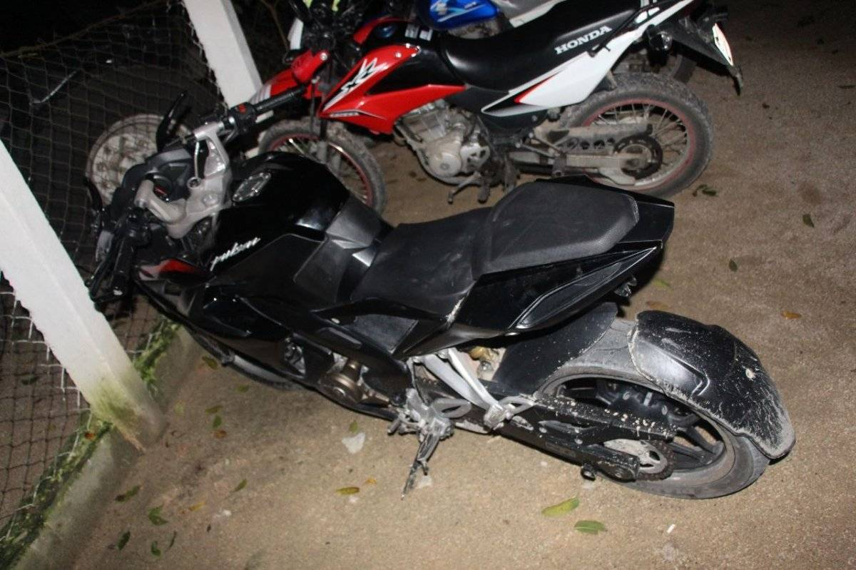 Hombre intento huir en motocicleta