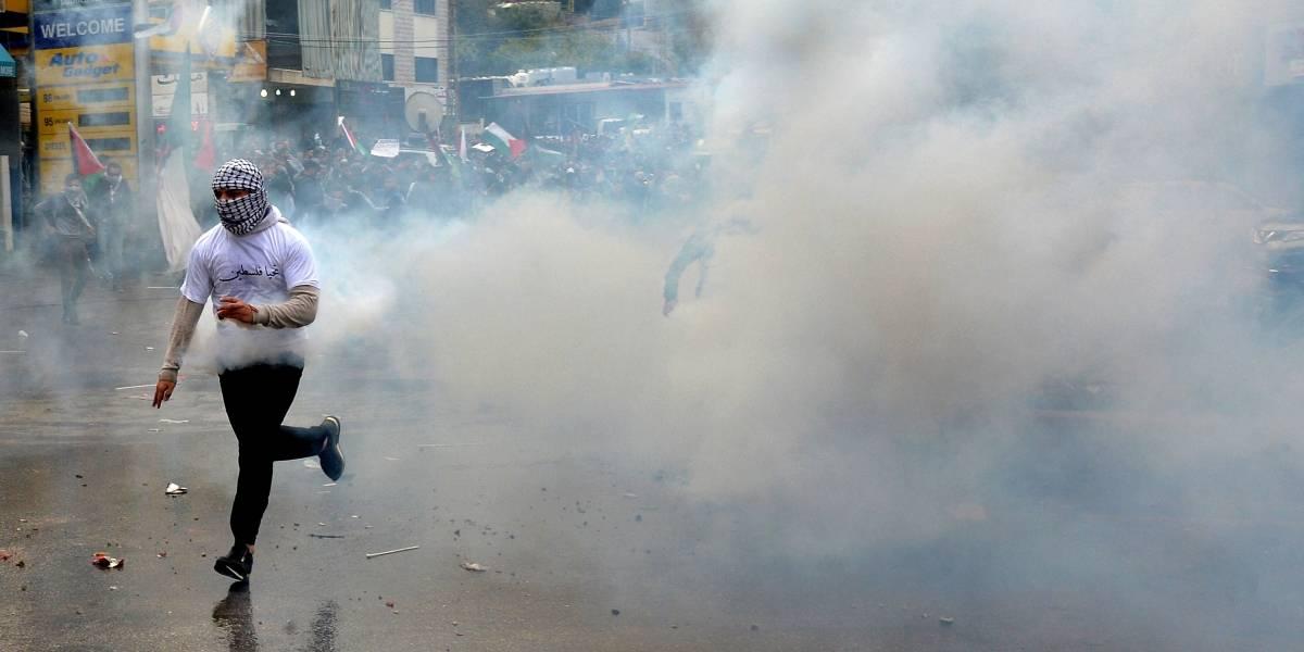 Policías se enfrentan con manifestantes cerca de la embajada de Estados Unidos en Beirut