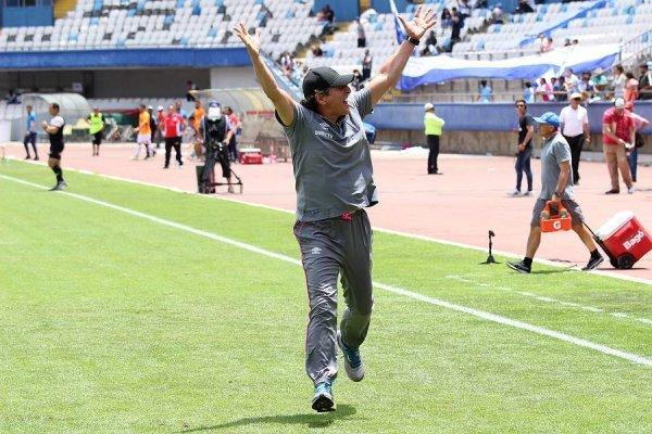 Mario Salas corrió y festejó tras el pitazo final en Antofagasta. Actitud muy inusual durante el ciclo del Comandante en la UC / Foto: Agencia UNO