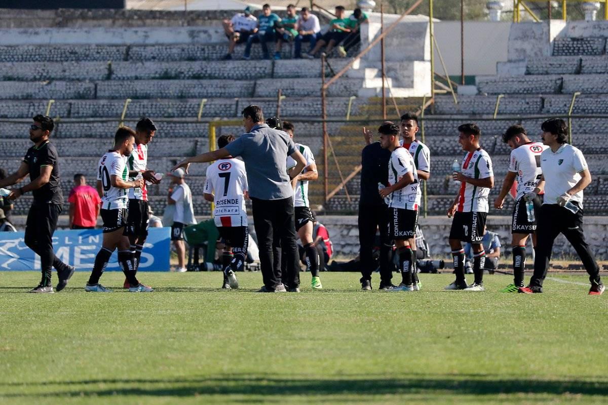 """El partido se detuvo dos veces para que los jugadores se hidraten en el """"infierno"""" de La Cisterna / imagen: Agencia UNO"""