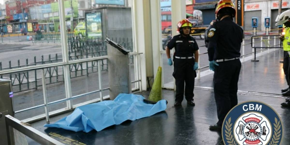 Hombre muere en una parada del Transmetro