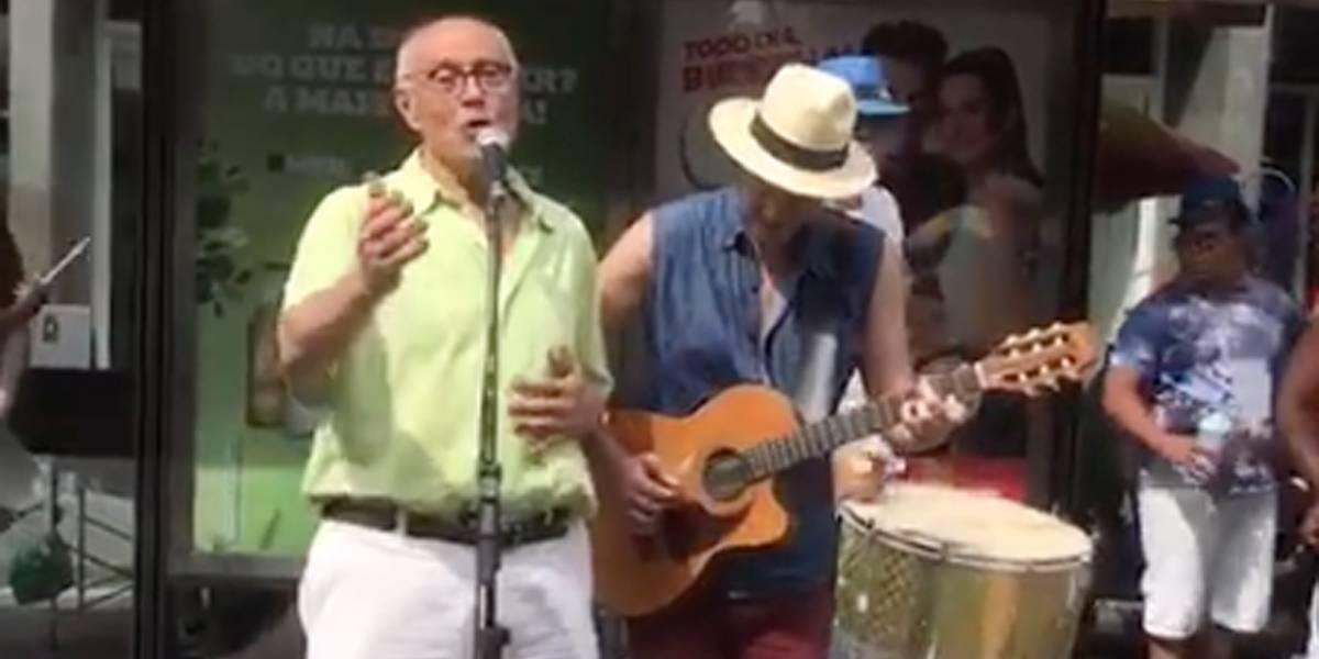 Suplicy canta música romântica ao lado do filho na Avenida Paulista; veja o vídeo