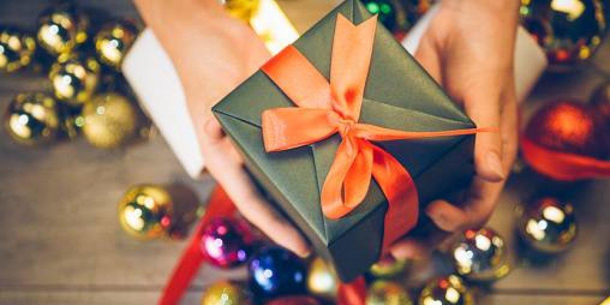 Niño escucha pide regalos de Navidad para niños y adolescentes maltratados