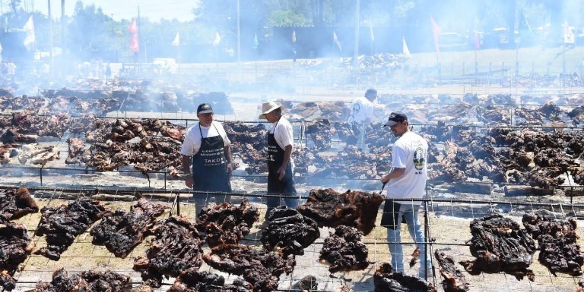 La madre de todos los asados: con 15 mil kilos de carne y una parrilla de 500 m2 Uruguay entra al Guiness