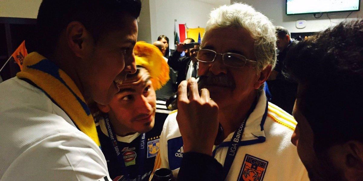 Jugadores de Tigres le quitan el bigote a 'Tuca' Ferretti