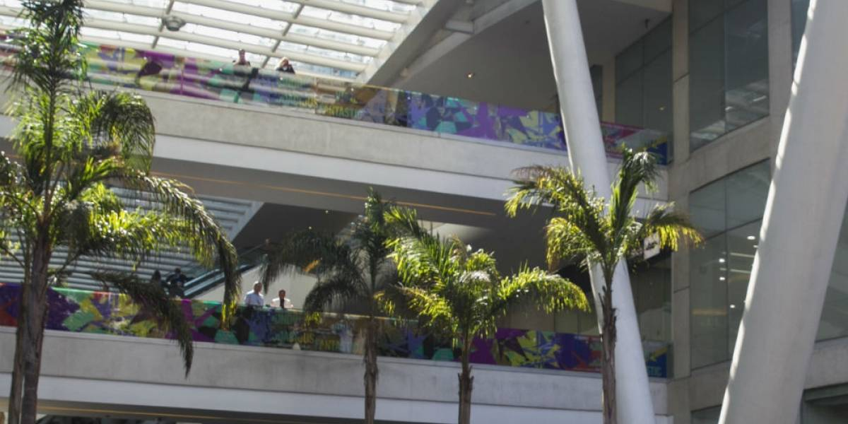 Se desploma vidrio dentro de Reforma 222