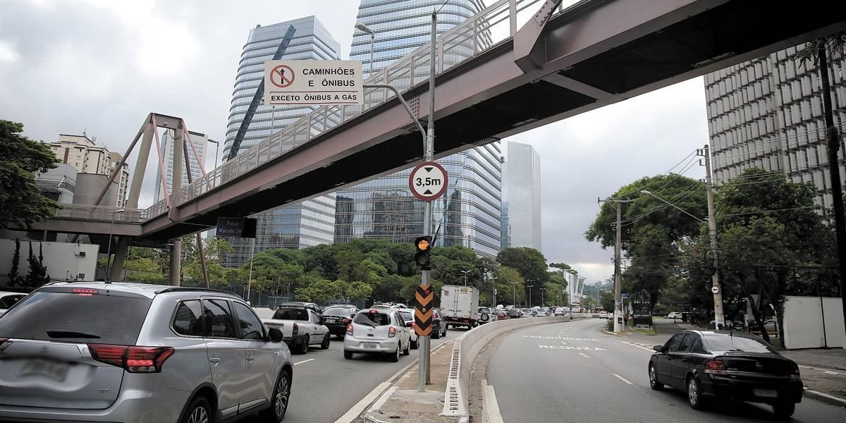 Ônibus de dois andares derruba viga sobre carro em São Paulo