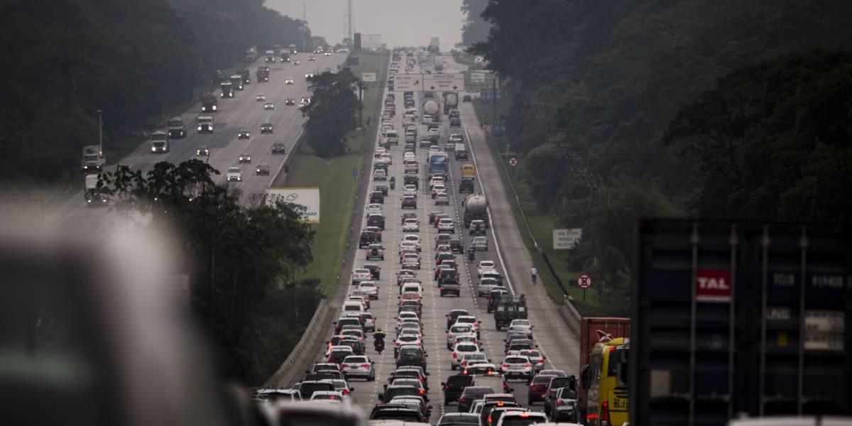 Motoristas de São Paulo enfrentam lentidão em rodovias rumo ao litoral