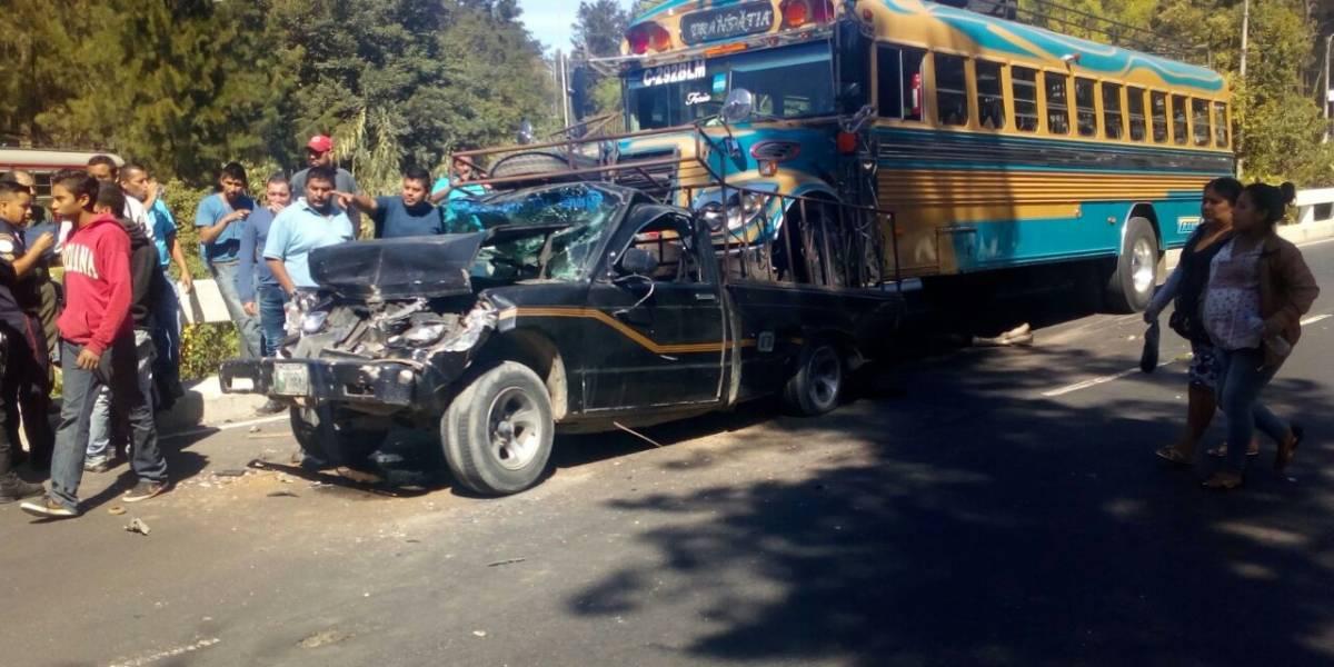 Autobús extraurbano queda sobre la palangana de un picop tras colisión