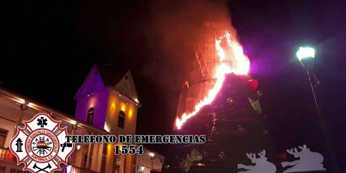 Se incendia árbol navideño del parque de San Pedro Sacatepéquez