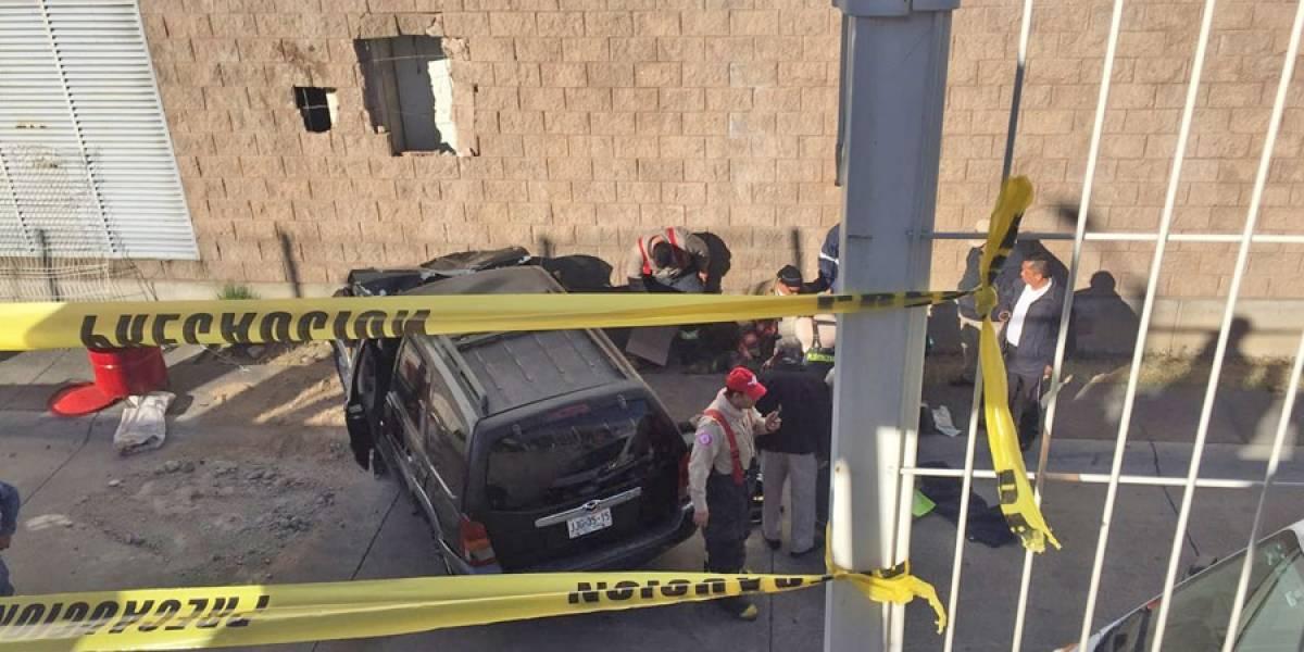 Con todo y vehículo cayó al estacionamiento de un centro comercial