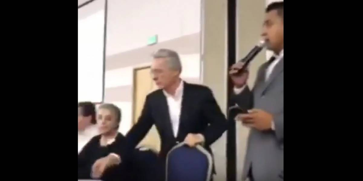 Presentador confunde a Iván Duque con un exguerrillero en evento