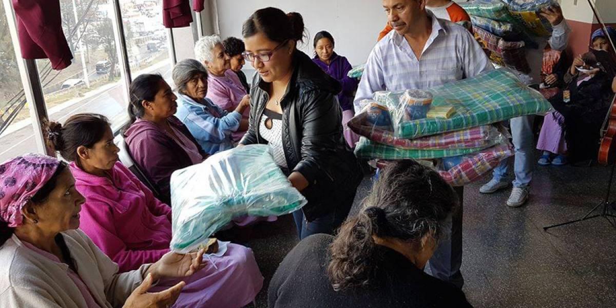 Guatemaltecos se solidarizan y ayudan a otros a combatir el frío