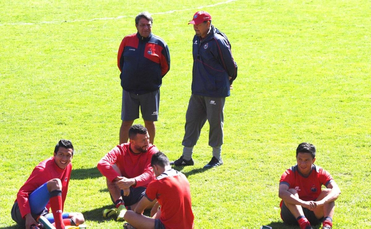 Su asistente Gustavo Bobadilla (d) también dejará al equipo.