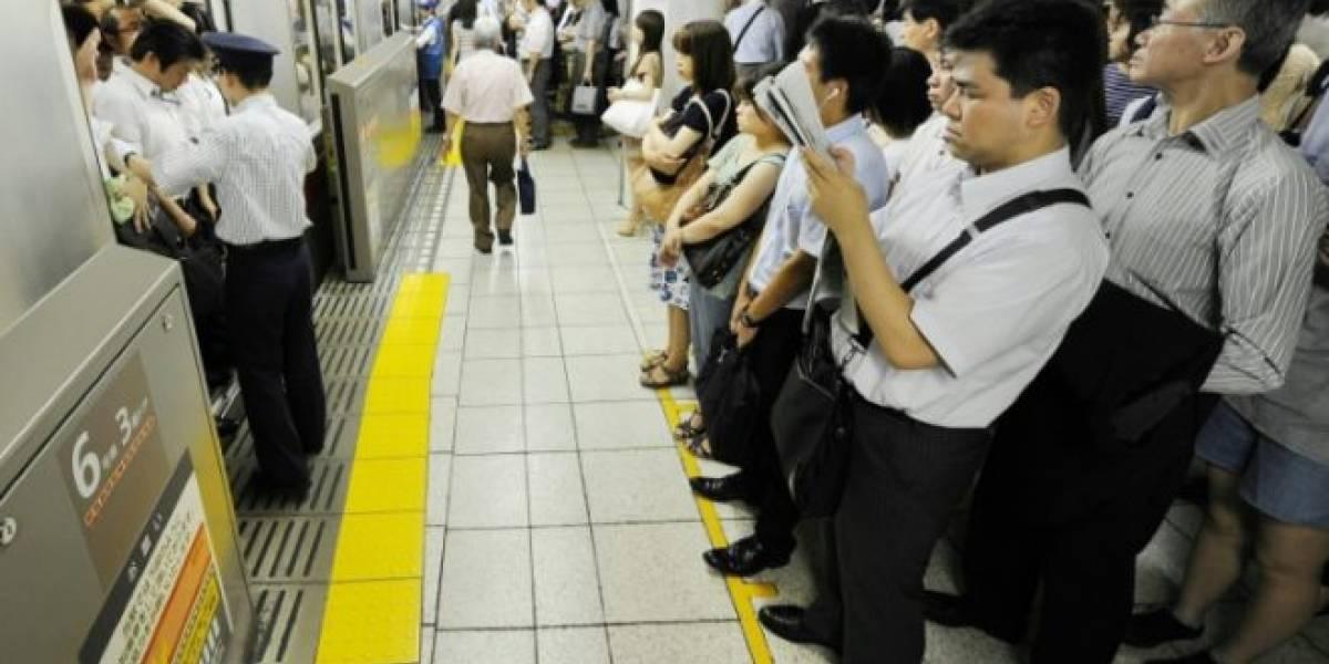 Ya no te podrás hacer el dormido en el metro de Tokio: Crean aplicación para ceder el asiento a embarazadas