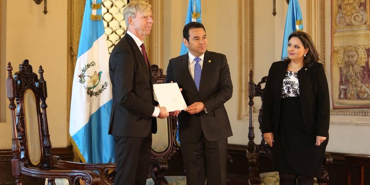 Guatemaltecos en Suecia piden a Morales que se retracte en solicitud contra Kompass