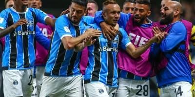Jogadores comemoram o gol de Everton (centro)