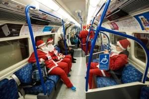 Santas en el Metro