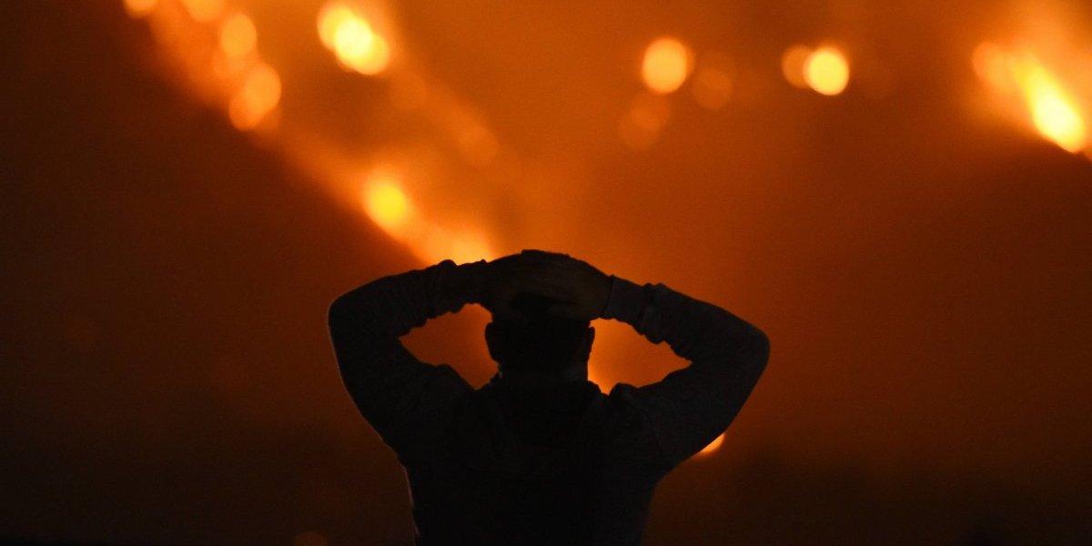 Chicos buenos: Bomberos salvaron su casa de las llamas y se disculparon dejando una nota por destrozar la puerta y el techo