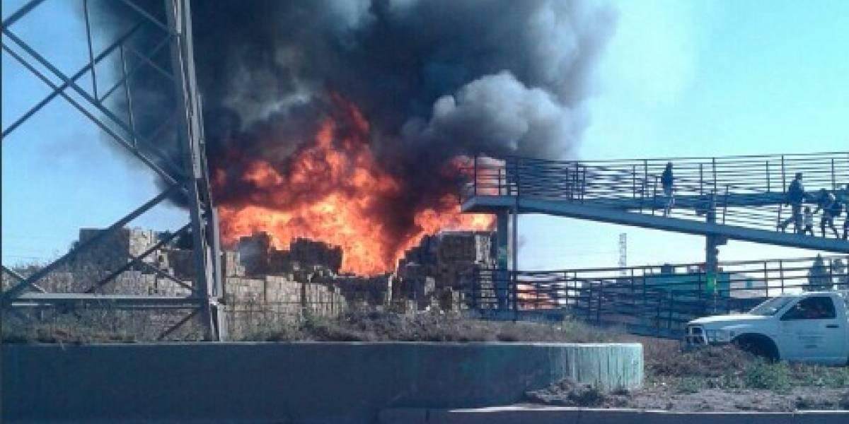 Potente incendio consume bodega de madera en Ecatepec