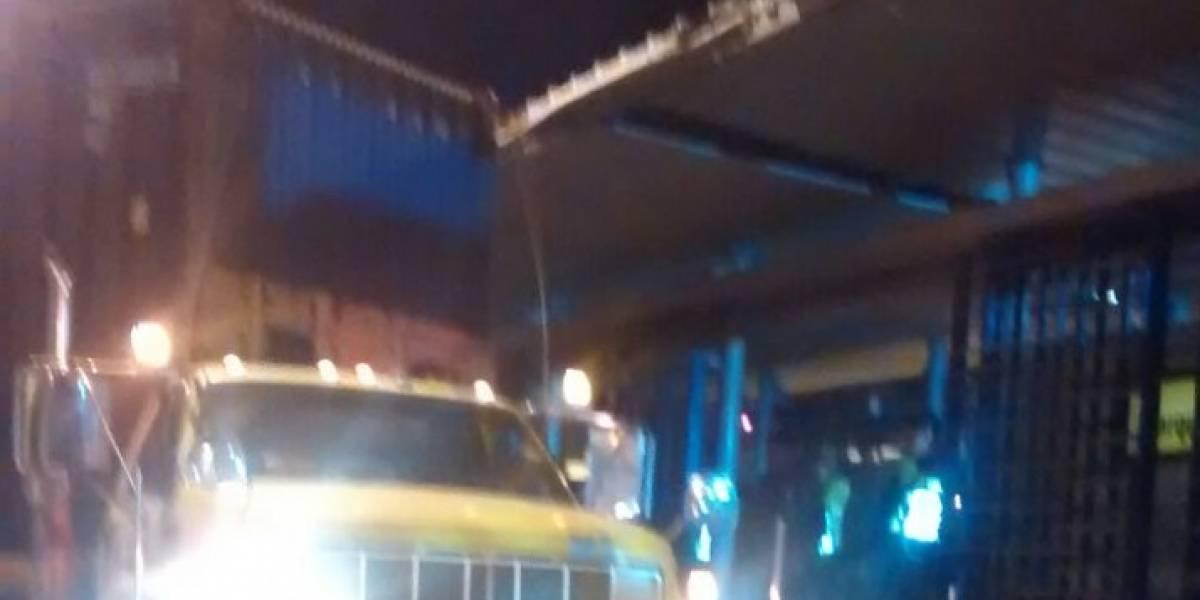 Con una tractomula, conductor por poco se lleva techo de estación de Transmetro