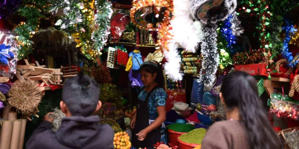 Guatemaltecos acuden a la sexta calle de la zona 1 a buscar adornos navideños