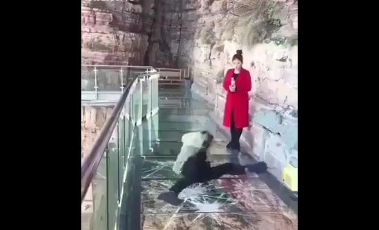 ¡De infarto! Vea la reacción de un hombre cuando se quebró el puente de vidrio por el que caminaba