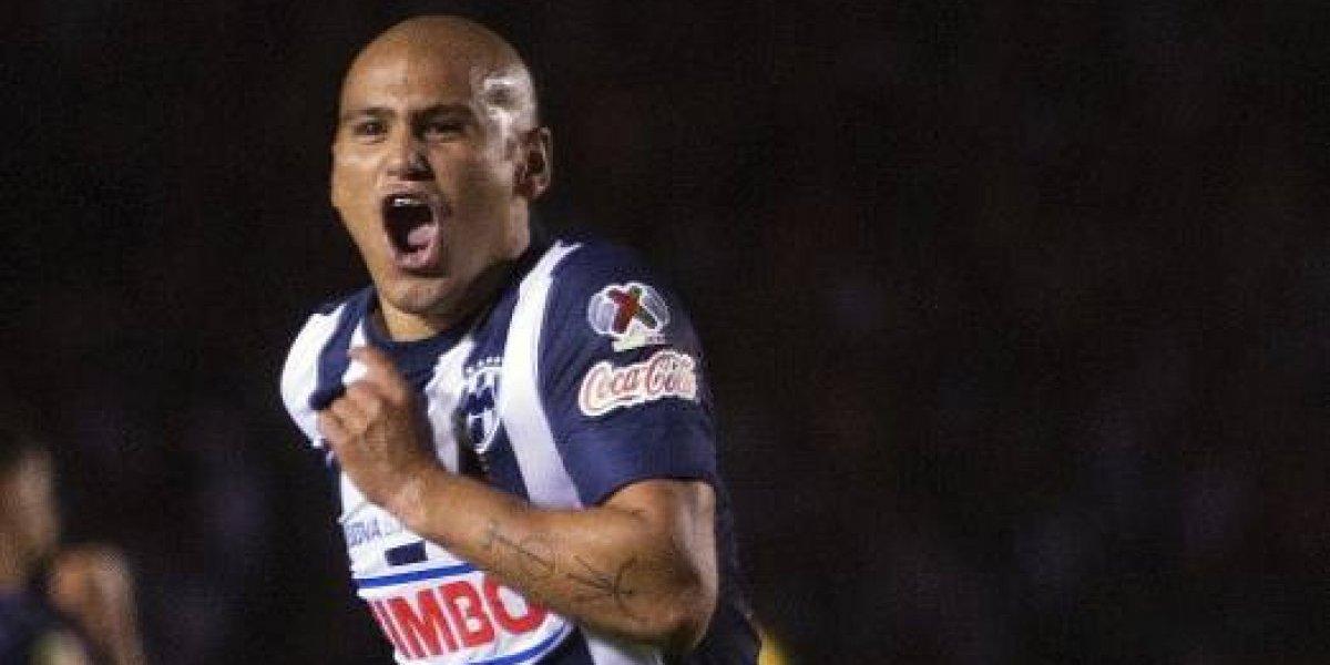 Suazo cambia el fútbol y fue presentado como refuerzo estrella en equipo de Showbol de Monterrey