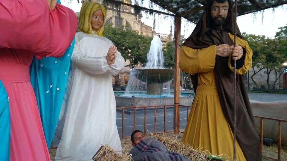 Por el frío, indigente se metió a dormir al Nacimiento de Plaza Liberación