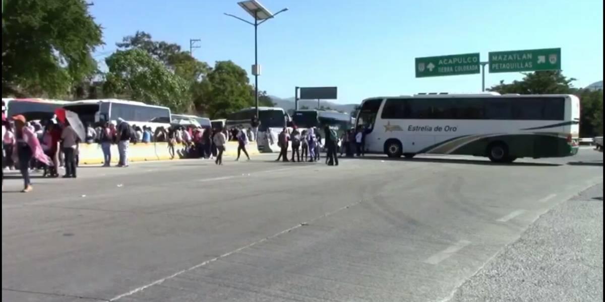 Se manifiestan padres de normalistas en contra de Ángel Aguirre