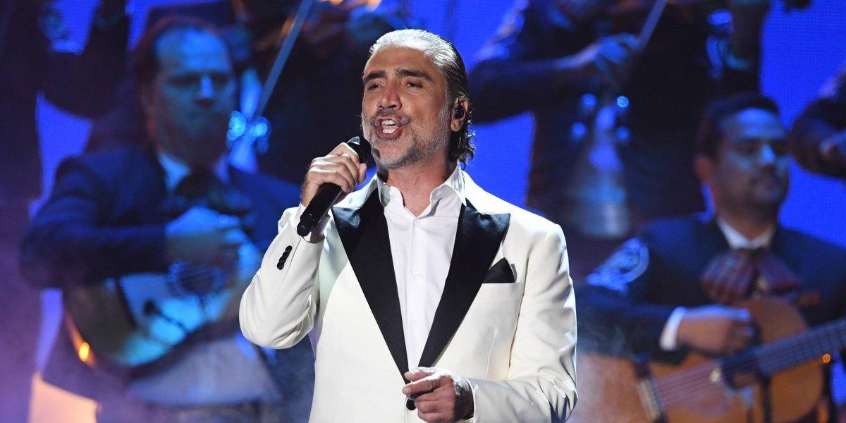 Alejandro Fernández se vuelve a pasar de copas en pleno concierto