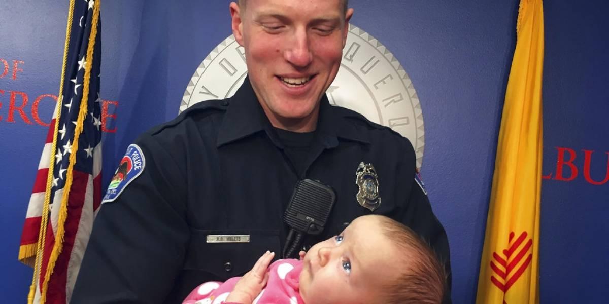 En lugar de detener a drogadicta, policía adopta a su hija